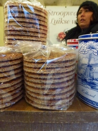 Stroopwaffles faites en direct : deux galettes type gaufrettes fines refermées autour d'un caramel coulant ; Harse Markt